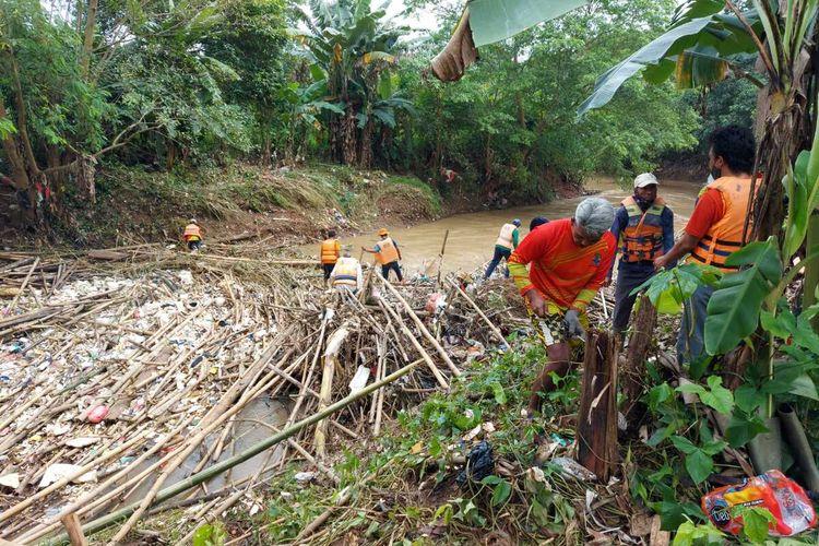 Sampah bambu menumpuk di aliran badan Sungai Cikeas, tepatnya di perbatasan Kecamatan Gunung Putri, Kabupaten Bogor dengan Kecamatan Jatiasih, Kota Bekasi, Jawa Barat, pada Rabu (24/2/2021).