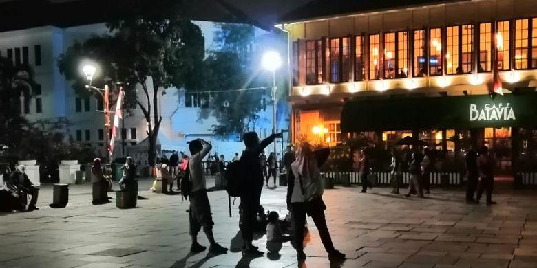 Fotografi malam hari di kawasan Kota Tua, Jakarta.