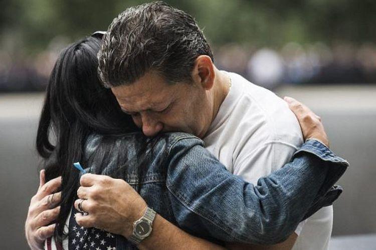 Rasa emosional meliputi segenap keluarga korban yang hadir untuk melakukan seremoni pembacaan nama korban tewas di Twin Towers, Pentagon, dan di dalam pesawat naas termasuk penerbangan 93 yang jatuh di Shanksville, Pennsylvania.