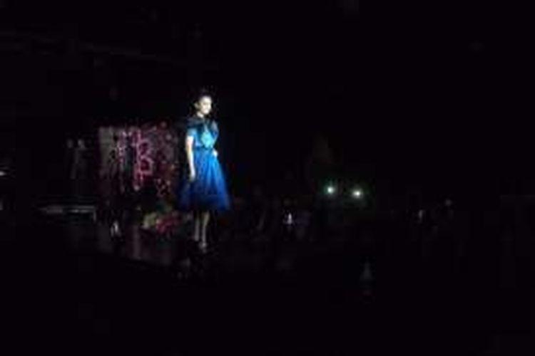 Aktris Raline Shah saat tampil memperagakan busana berkonsep tais saat launching produk fashion