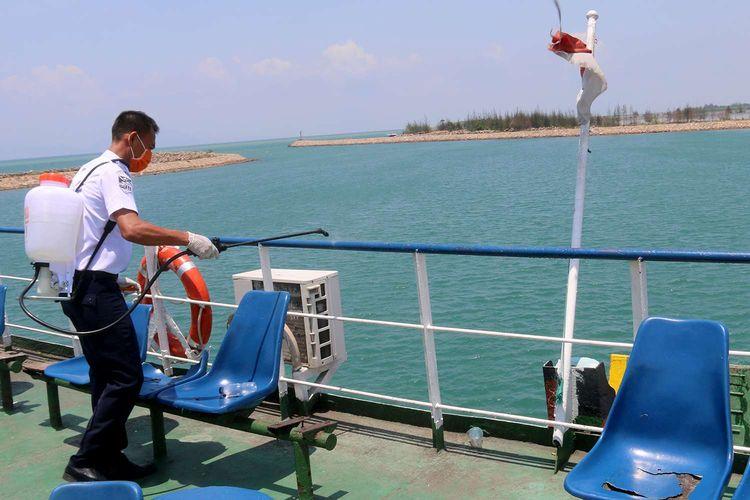 Petugas dari PT Angkutan Sungai Danau Dan Penyebrangan (ASDP) Kota Banda Aceh melakukan penyemprotan disinfektan seluruh kapal penyebrangan dari Ulee Lheu Banda Aceh - Balohan, Sabang, Rabu (18/03/2020). Penyemprotan ini dilakukan untuk mencegah penyebaran wabah virus corona di Aceh karena di Indonesia kasus Covid-19 terus melonjak.