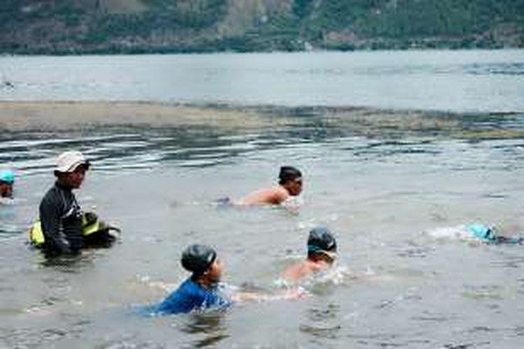 Munawardi, Ketua Gayo Diving Club (GDC) yang juga Sekretaris Umum Persatuan Olahraga Selam Indonesia (Possi) Aceh Tengah saat memberikan latihan dasar renang dan selam kepada para anak-anak, Minggu (6/11/2016) pagi.