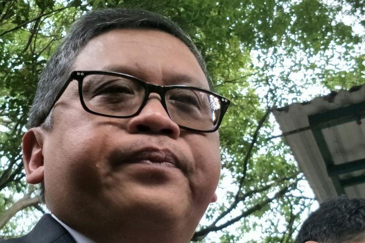 Sekretaris Jenderal PDI-P, Hasto Kristiyanto menetaskan air mata ketika memberikan keterangan kepada awak media perihal pengembalian mandat bakal calon gubernur Jawa Timur pada Pilkada Jatim 2018, Azwar Anas kepada partainya, Jakarta, Sabtu (6/1/2018).