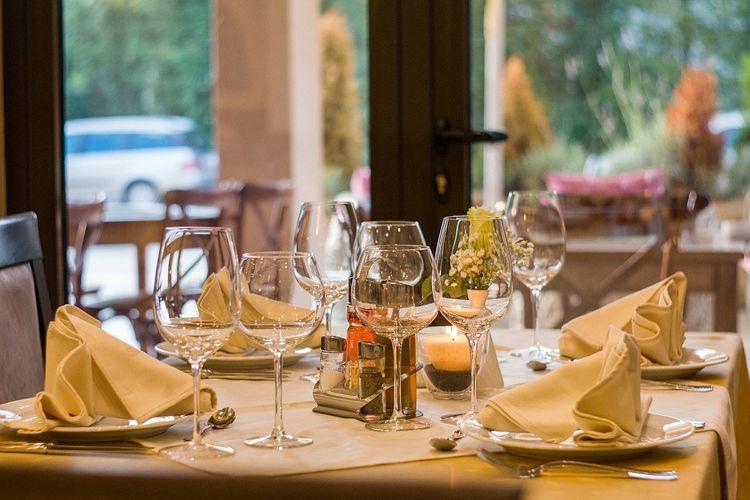 Ilustrasi meja untuk makan malam spesial bersama keluarga.