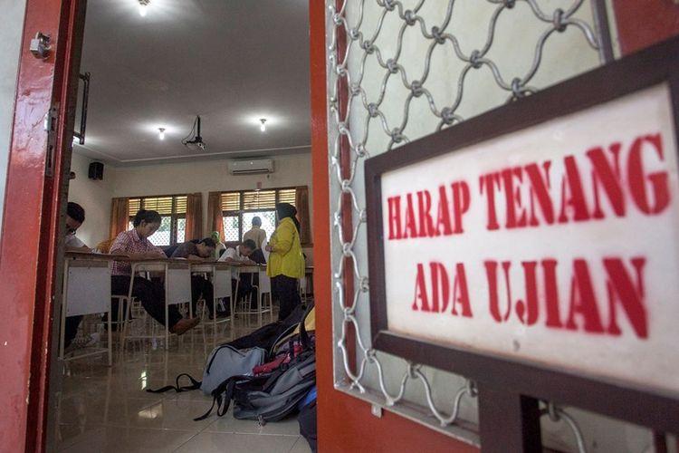 Sejumlah peserta mengikuti Seleksi Bersama Masuk Perguruan Tinggi Negeri (SBMPTN) 2018 di Universitas Negeri Yogyakarta (UNY), Sleman, DI Yogyakarta, Selasa (8/5). Menurut data Panitia Lokal 46 SBMPTN 2018 saat ini tercatat 43.824 peserta mengikuti SBMPTN di Daerah Istimewa Yogyakarta.
