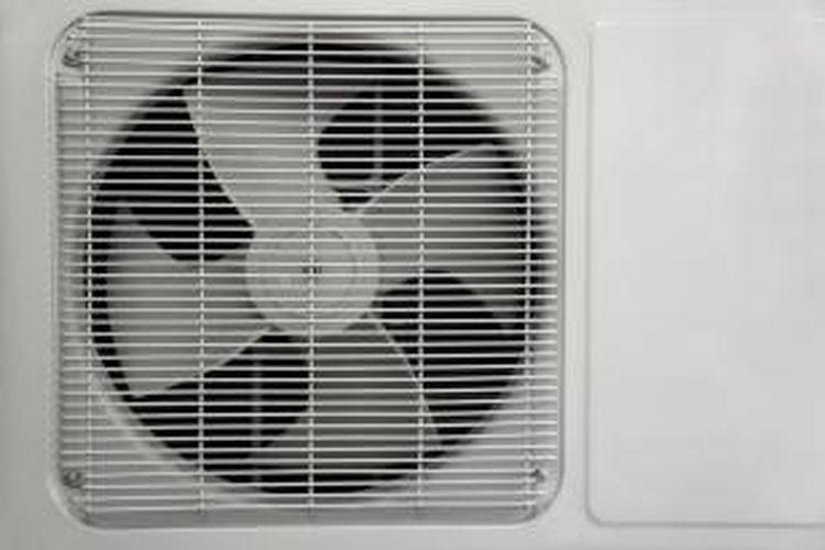 AC 1 PK mengeluarkan energi dingin sebesar 9000- 10.000 BTU, sedangkan ruangan butuh sekitar 12.000 BTU/jam.