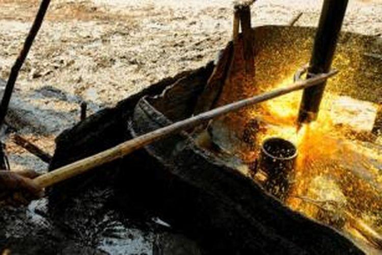 Air lumpur menyembur dari sumur minyak di Tambang Minyak Tradisional Wonocolo, Bojonegoro, Jawa Timur.