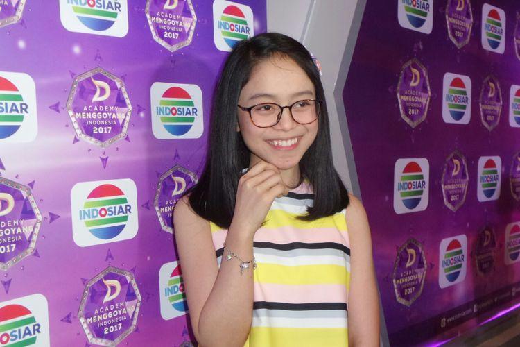 Penyanyi dangdut Lesty Andryani dalam sesi wawancara usai jumpa pers DAcademy Menggoyang Indonesia di SCTV Tower, Jakarta Pusat, Kamis (7/9/2017).