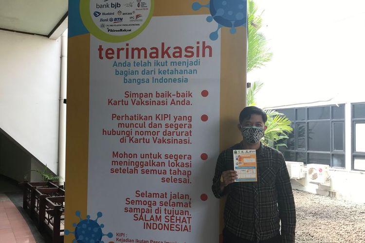 Warga Kabupaten Bandung, Firman, seusai vaksinasi Covid-19 dosis pertama di Sabuga, Bandung.