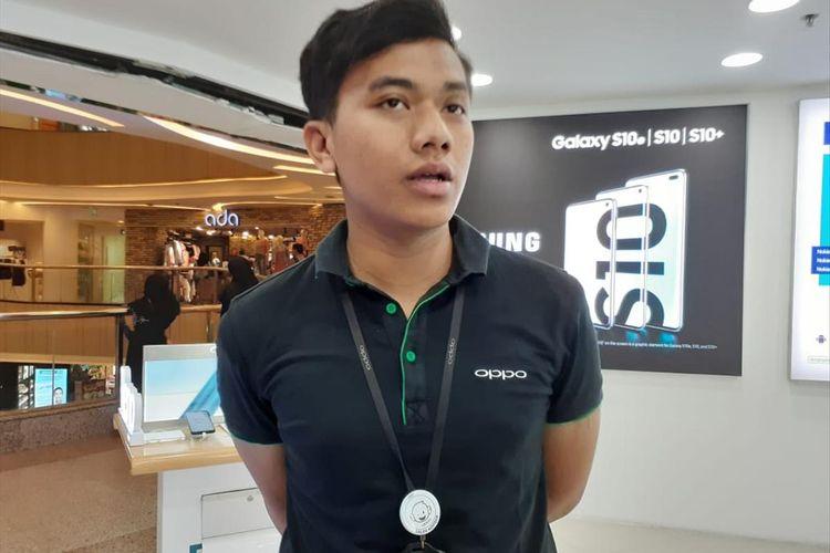 Staf Sales Promotor Oppo gerai Galeri Gadget, Dzikri Anugrah saat ditemui di Blok M Plaza, Rabu (3/7/2019)