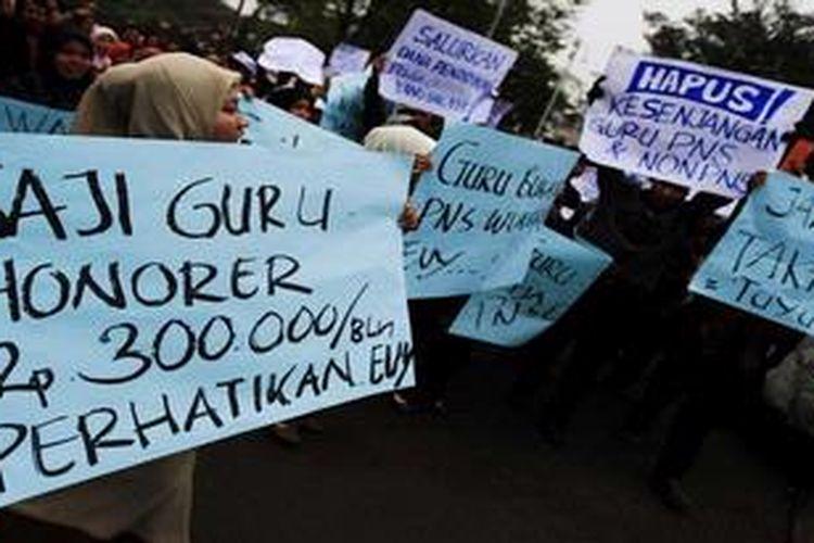 Sejumlah guru honorer yang tergabung dalam Federasi Guru Honorer (FGH) Jawa Barat menggelar aksi di depan Gedung Sate, Bandung, Jawa Barat, memprotes upah mereka yang masih di bawah standar kelayakan, Rabu (18/5/2011).