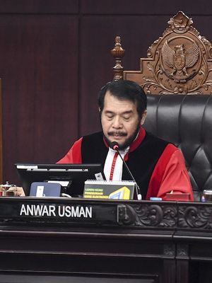 Ketua Mahkamah Konstitusi (MK) Anwar Usman (tengah) menskors sidang Perselisihan Hasil Pemilihan Umum (PHPU) Presiden dan Wakil Presiden 2019 di gedung Mahkamah Konstitusi, Jakarta, Kamis (27/6/2019). Sidang tersebut beragendakan pembacaan putusan oleh majelis hakim MK. ANTARA FOTO/Hafidz Mubarak/wsj.