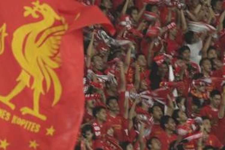 Suporter memadati stadion saat pertandingan persahabatan Liverpool melawan tim Indonesia XI, di Stadion Utama Gelora Bung Karno, Senayan, Jakarta, Sabtu (20/7/2013).
