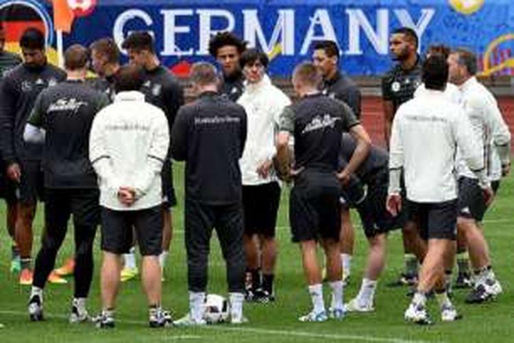 Pelatih timnas Jerman, Joachim Loew, memimpin pasukannya berlatih jelang pertandingan melawan Polandia, Selasa (14/6/2016).