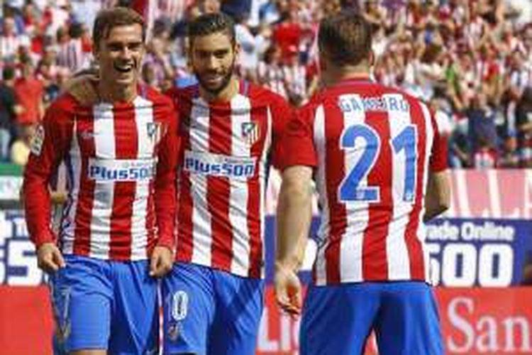 Tiga pemain Atletico Madrid, Antoine Griezmann (kiri), Kevin Gameiro (kanan), dan Yannick Carrasco merayakan gol ke gawang Malaga, dalam laga La Liga di Estadio Vicente Calderon, Sabtu (29/10/2016).