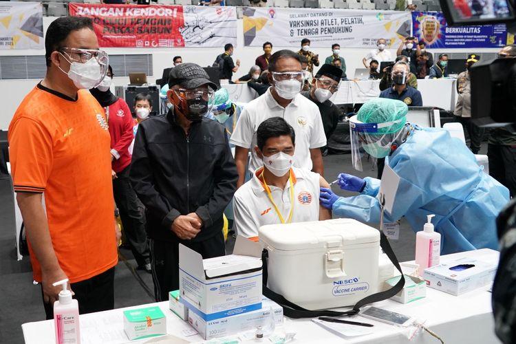 Wakil Presiden Ma'ruf Amin saat menyaksikan vaksinasi Covid-19 terhdap atlet sepakbola Tanah Air, Bambang Pamungkas di Istora Senayan, Jakarta, Jumat (26/2/2021).