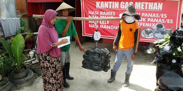 Pasangan Sarimin (dua dari kiri) dan Suyatmi (paling kiri) menimbang sampah plastik dari pemulung yang akan ditukarkan dengan seporsi makan di Kantin Gas Methan, di kompleks Tempat Pembuangan Akhir (TPA) Jatibarang, Kota Semarang, Jawa Tengah, Rabu (8/6/2016). Pembelian makanan dengan plastik dilakukan atas inisiatif bersama Unit Pengelola Teknis (UPT) TPA Jatibarang dengan pengelola warung untuk mengurangi beban sampah plastik di TPA yang sulit terurai. Kantin tersebut juga menggunakan bahan bakar gas metana yang diolah dari tumpukan sampah.