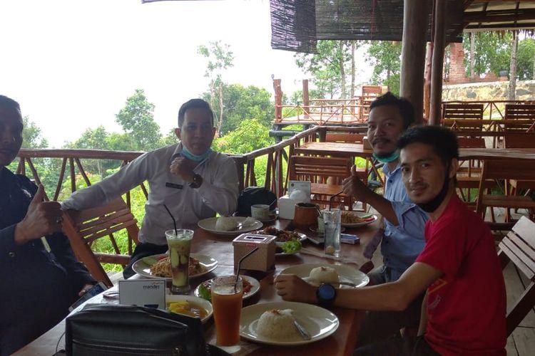 Pengunjung di restoran bukit Angsa Emas, Bangka Tengah.