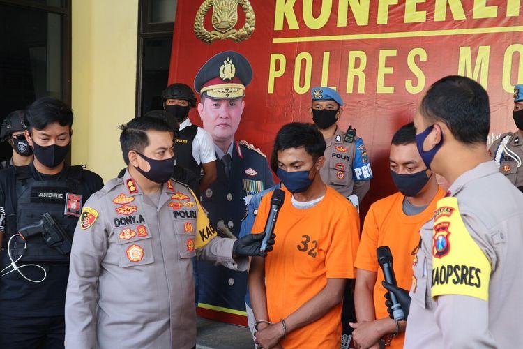 Kepolisian Resor Mojokerto, Jawa Timur, mengamankan 2 pelaku pembunuhan perempuan yang jenazahnya ditemukan di kawasan hutan Pacet, Kabupaten Mojokerto.