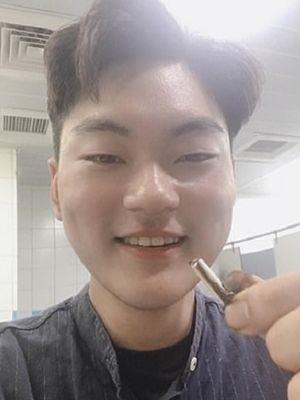 Ben Hsu memperlihatkan AirPod setelah keluar dari tubuhnya, yang sebelumnya tak sengaja tertelan. (Daily Mail)