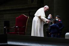 Paus Fransiskus Dikerubungi Anak-anak Kecil saat Misa Jumat Agung