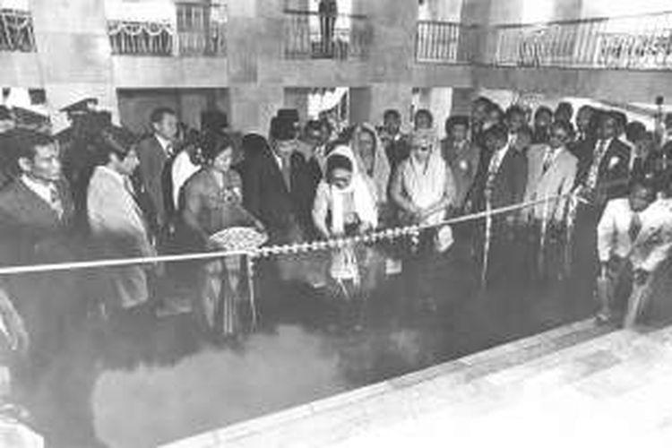 Peresmian Masjid Istiqlal oleh Presiden Soeharto, 22 Februari 1978. Ibu Tien Soeharto tampak melakukan upacara gunting pita.
