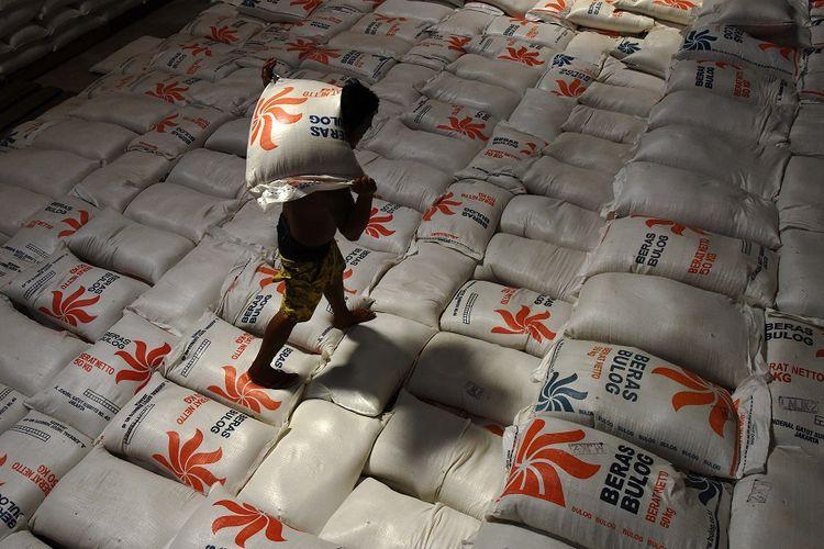 Pekerja mengangkat beras di Gudang Bulog Makassar, Sulawesi Selatan, Jumat (31/5). Stok beras Perum Bulog Divre Sulselbar mencapai 1.191 ton dan cukup untuk enam bulan kedepan termasuk untuk mengantisipasi lonjakan permintaan menjelang raya Idul Fitri 1440 H. ANTARA FOTO/Yusran Uccang/aww.