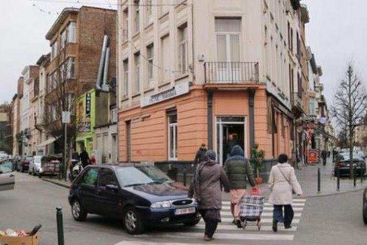 Distrik Molenbeek di Brussels, Belgia, merupakan kawasan yang banyak dihuni warga keturunan Maroko. Distrik ini dikenal sebagai kawasan miskin, rawan kejahatan dengan tingkat pengangguran tinggi. Alhasil, banyak pemuda di distrik ini yang direkrut ISIS untuk bertempur di Suriah atau Irak.