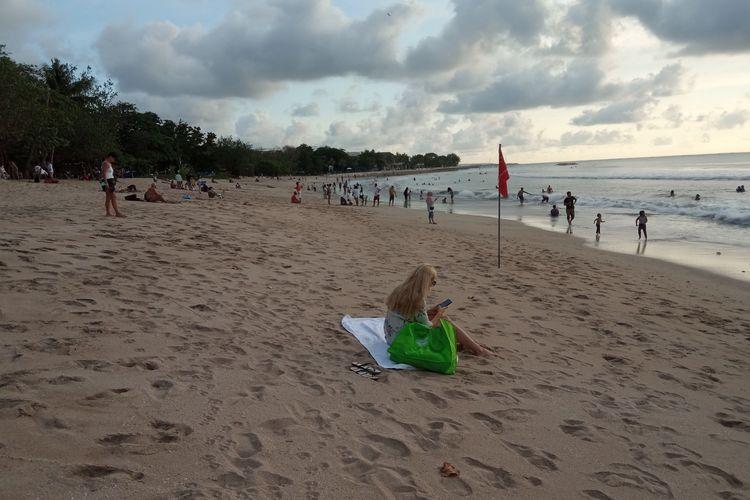 Ilustrasi - Wisatawan di Pantai Kuta, Badung, Bali.