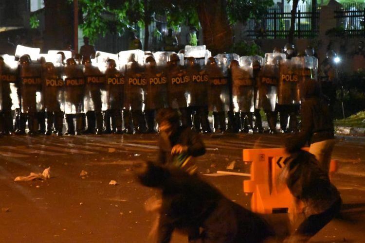 Demo menolak Undang-Undang Cipta Kerja di Bandung, Jawa Barat, Selasa (6/10/2020).