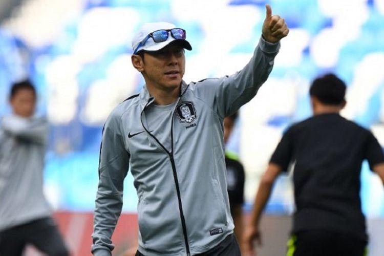 Pelatih Korea Selatan Shin Tae-yong memimpin latihan timnya jelang laga versus Swedia di Stadion Nizhny Novgorod pada 17 Juni 2018.