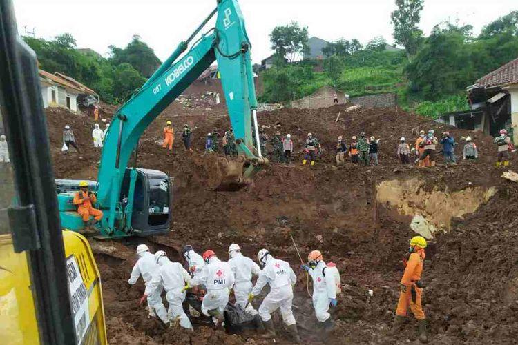 Tim SAR gabungan evakuasi korban tertimbun material longsor di Cimanggung, Sumedang, Jawa Barat, Minggu (17/1/2021).