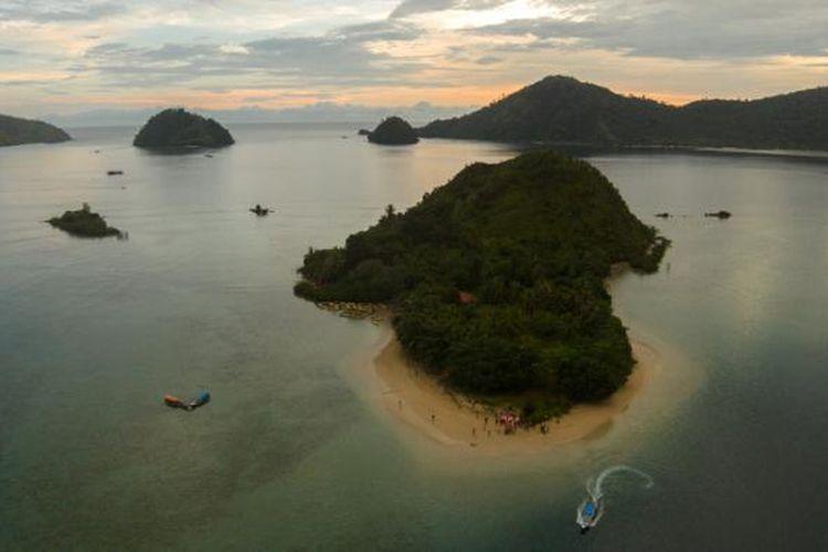 Pulau Setan, Kabupaten Pesisir Selatan, Sumatera Barat, Kamis (14/5/2015). Pulau Sutan berada di kawasan Taman Laut Mandeh.