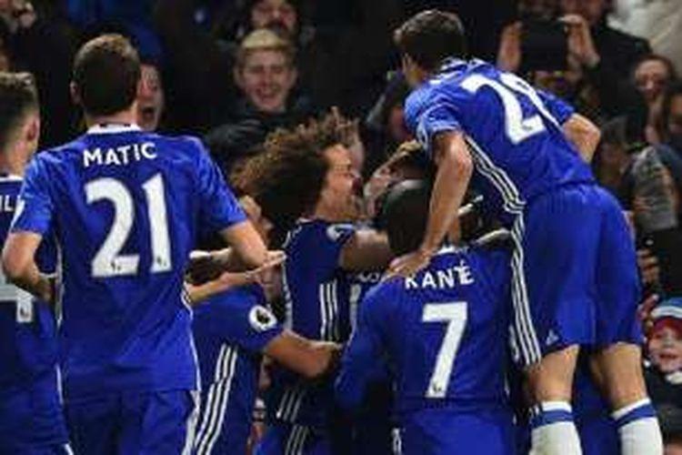 Para pemain Chelsea merayakan gol Marcos Alonso ke gawang Everton pada lanjutan Premier League di Stamford Bridge, Sabtu (5/11/2016).