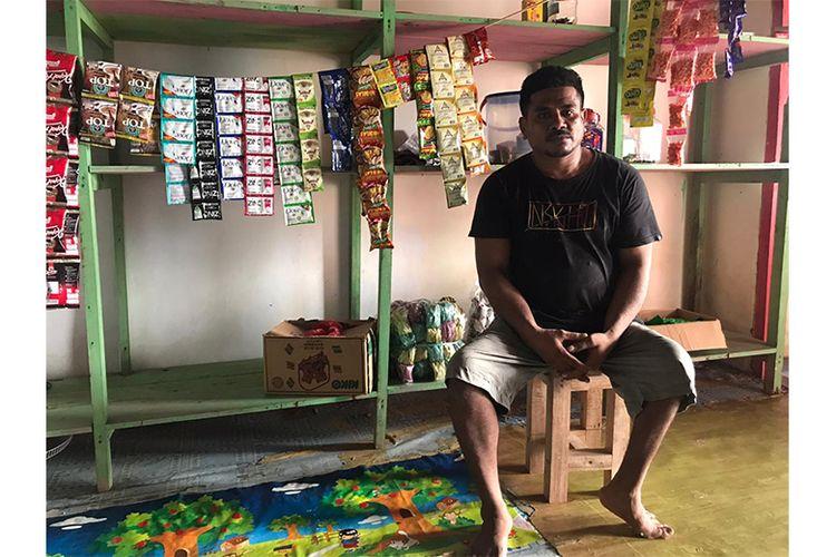 Dalahaji, pemilik warung sembako di Maluku