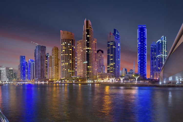 Ilustrasi Dubai Marina di malam hari