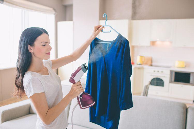 Ilustrasi merapikan pakaian dengan steamer atau uap