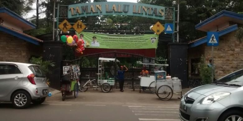 Sejumlah pengunjung saat berada di pintu masuk taman lalu lintas Bandung, Rabu (3/2/2016). Perusahaan otomotif, Toyota berencana memoles taman lalu lintas agar lebih modern.