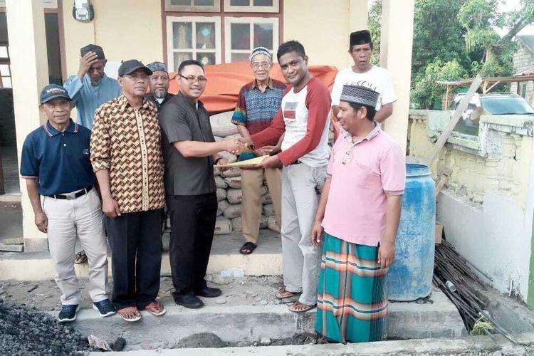 Pater Hendrik (baju safari) menyumbang 100 sak semen secara simbolis untuk pembangunan masjid masjid Jami Nurul Huda Maumbawa, di Kecamatan Golewa Selatan, Kabupaten, Ngada, Flores, NTT, Kamis (2/1/2019).