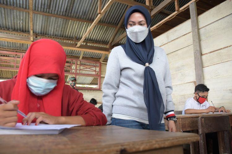 Bupati Luwu Utara Indah Putri Indriani saat mengunjungi SMP Negeri 2 Seko yang sedang melaksanakan ujian semester di Desa Padang Balua ibu kota Kecamatan Seko Sabtu (12/06/2021).