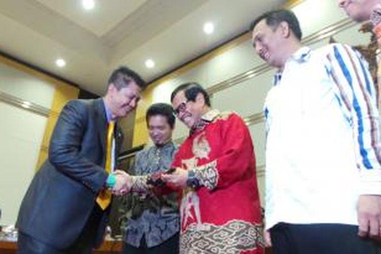 Pieter C Zulkifli Simabuae saat menerima palu Ketua Komisi III DPR dari Wakil Ketua DPR Pramono Anung, Selasa (8/10/2013). Pieter resmi menjadi Ketua Komisi III menggantikan Gede Pasek Suardika.
