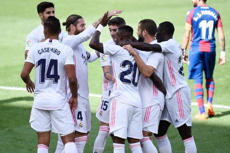 Penyerang Real Madrid, Vinicius Junior (tengah), merayakan gol bersama rekan satu timnya dalam pertandingan Levante vs Real Madrid CF di Stadion La Ceramica di Vila-real pada 4 Oktober 2020.