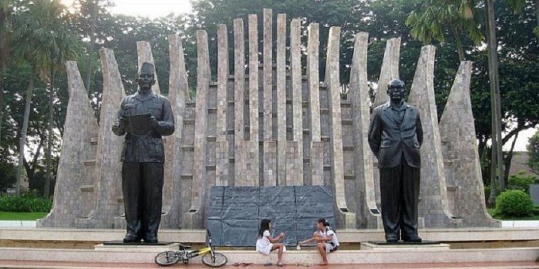 Monumen Proklamasi di Jalan Proklamasi, Jakarta Pusat. Monumen ini dibangun di lokasi dikumandangkannya Proklamasi Kemerdekaan RI pada 17 Agustus1945. Monumen ini menampilkan patung Presiden pertama RI, Soekarno, dan wakilnya, Muhammad Hatta.