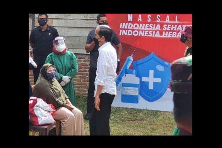 Nurlaili (31), warga Desa Lambro Bileu, Kecamatan Kuta Baro, Aceh Besar, berbincang dengan Presiden Joko Widodo saat akan divaksin dosis pertama di depan rumahnya, Kamis (16/9/2021). Jokowi ke Aceh dalam rangka meninjau vaksinasi door to door yang dilakukan BIN Aceh.