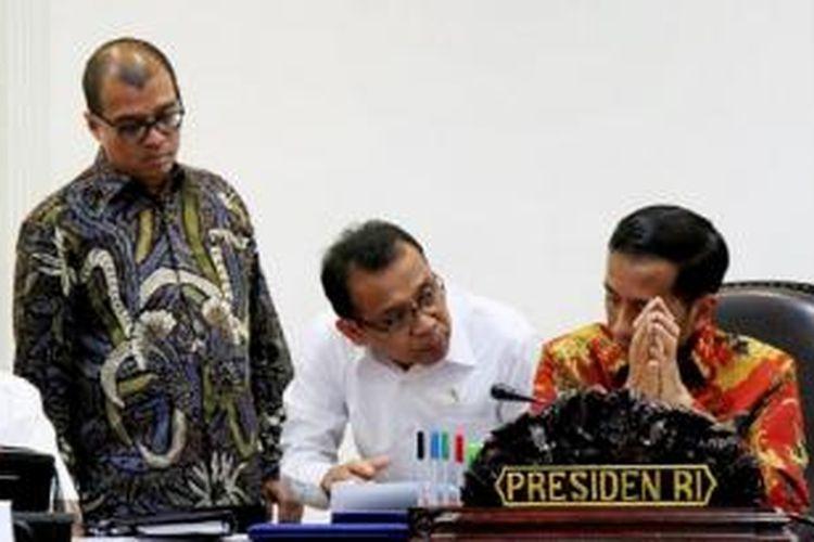 Presiden Joko Widodo berbincang dengan Menteri Sekretaris Negara Pratikno (tengah) dan Sekretaris Kabinet Andi Widjajanto (kiri) sebelum dimulainya rapat terbatas di Kantor Presiden, Jakarta, Selasa (7/7). Rapat tersebut membahas percepatan realisasi program bantuan untuk rakyat terkait bantuan sosial dan permodalan.
