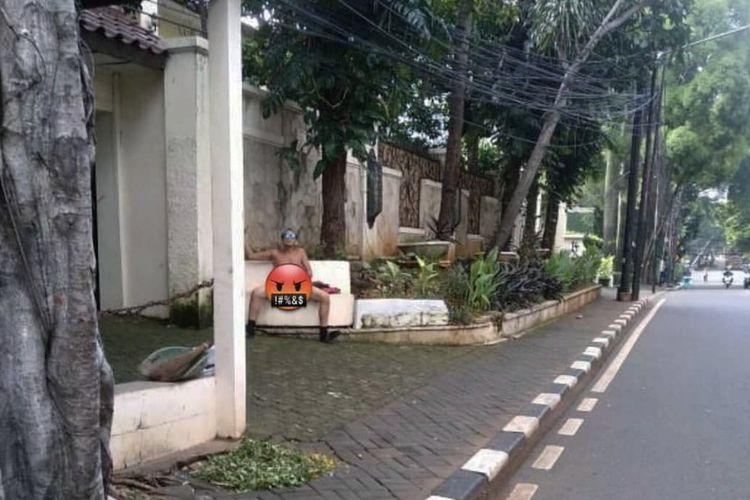 Seorang laki-laki tertangkap kamera sedang memegang alat kelamin di depan rumah warga tepatnya di dekat lampu merah Jalan Prapanca, Pulo, Kebayoran Baru, Jakarta Selatan pada Senin (1/2/2021) sekitar pukul 07.00 WIB.