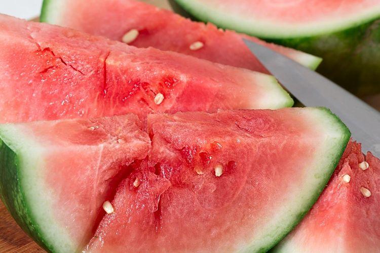 Ilustrasi buah semangka potong.