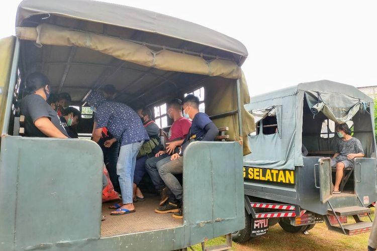 Pelanggar protokol kesehatan dibawa petugas Satpol PP Tangerang Selatan ke TPU Jombang untuk diberi sanksi berdoa di makam jenazah Covid-19, Senin (18/1/2021).