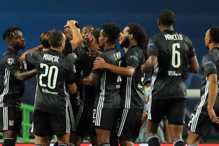 Para pemain Lyon merayakan gol Moussa Dembele kontra Manchester City di Stadion Jose Alvalade, Lisbon, pada 15 Agustus 2020.