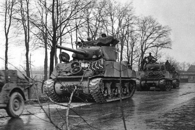 Batalion tank Black Panther sedang bergerak menuju garis depan.